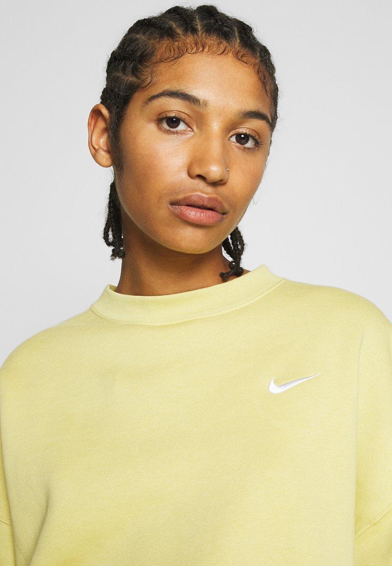Nike Sportswear CREW TREND - Sweatshirt - high voltage/white/hellgrün pHma44