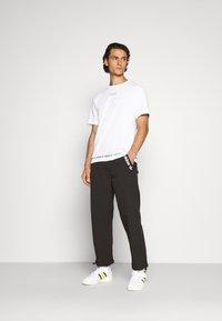 adidas Originals - LINEAR REPEAT UNISEX - T-shirt z nadrukiem - white - 1