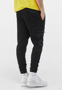 Bershka - MIT PRINT UND TASCHEN  - Pantaloni sportivi - black - 2