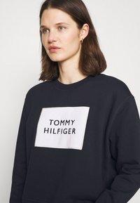 Tommy Hilfiger - RELAXED BOX  - Sweatshirt - desert sky - 3