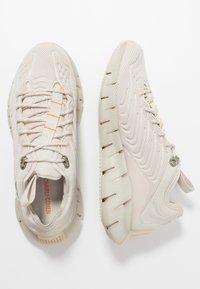 Reebok Classic - ZIG KINETICA - Sneakersy niskie - stucco/chalk/white - 1