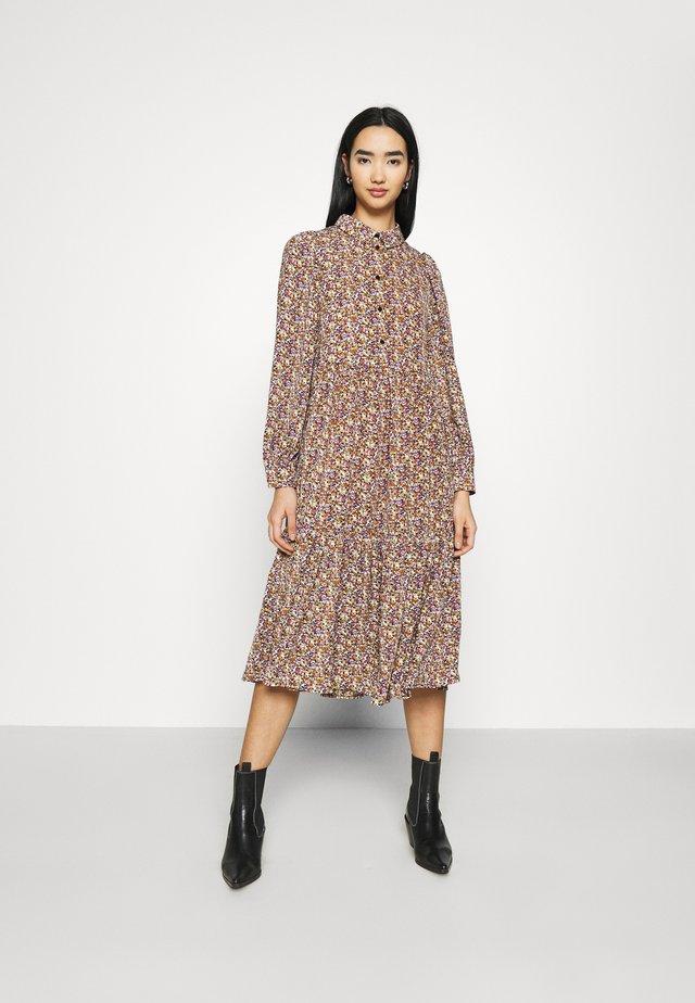 PCANJA DRESS - Hverdagskjoler - black/brown