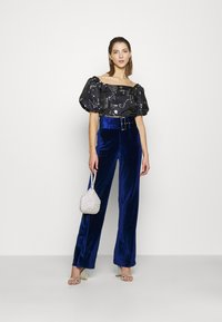 Missguided - BELTED WIDE LEG TROUSER - Trousers - navy - 1