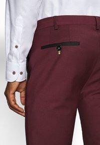 Twisted Tailor - KINGDON SUIT - Kostym - bordeaux - 7