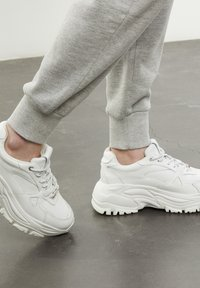 The Kooples - BASKETS AVEC GROSSE SEMELLE - Sneakers laag - offwhite - 8