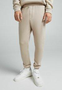 Bershka - UNISEX - Pantaloni sportivi - sand - 0