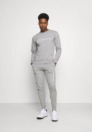 SCRIPT CREWNECK TRACKSUIT SET - Sweatshirt - grey marl