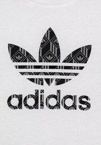 adidas Originals - TEE - T-shirt print - white/black - 3