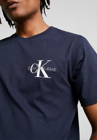 Calvin Klein Jeans - MONOGRAM EMBRO CHEST - Print T-shirt - night sky - 4
