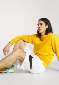 Nike Sportswear - CLUB - Shorts - white - 3
