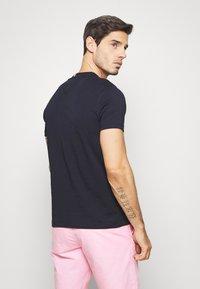 Tommy Hilfiger - COOL SIGNATURE TEE - T-shirt imprimé - blue - 2