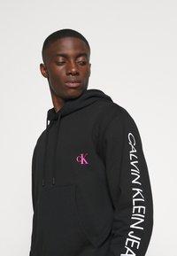 Calvin Klein Jeans - MOTO  - Felpa con cappuccio - black - 4