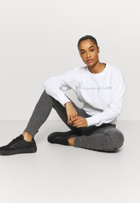 Champion - CREWNECK LEGACY - Collegepaita - white - 1