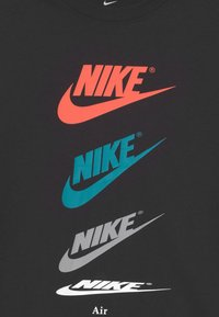 Nike Sportswear - PLUS TEE FUTURA REPEAT - Camiseta estampada - black - 2