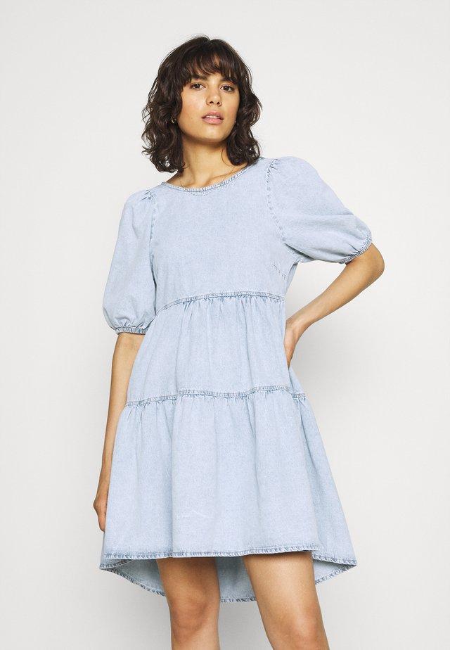 BABYDOLL DRESS - Sukienka jeansowa - light blue
