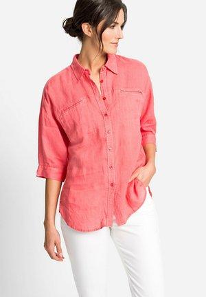KLASSISCHE BLUSE MIT BRUSTTASCHEN - Button-down blouse - koralle
