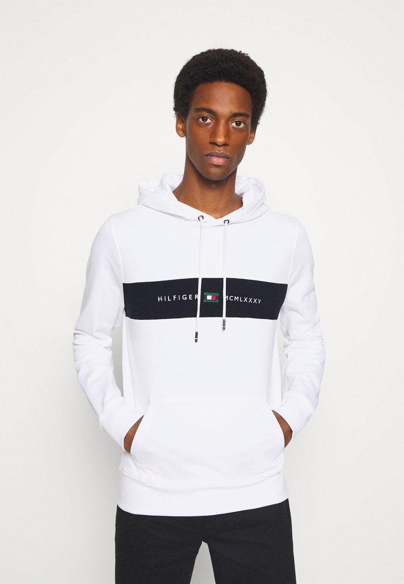Tommy Hilfiger - NEW LOGO HOODY - Sweatshirt - white
