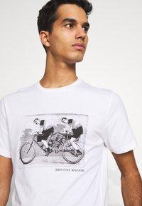 Bruuns Bazaar - LEON SYLVESTER TEE - Triko spotiskem - white - 3