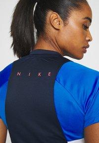 Nike Performance - DRY - T-shirts med print - obsidian/soar/white/laser crimson - 4