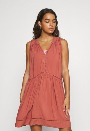 BEACH BASICS LADDER DETAIL DRESS - Beach accessory - rust
