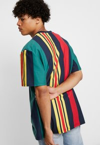 Karl Kani - SIGNATURE STRIPE TEE - Print T-shirt - green/navy/red/yellow - 2