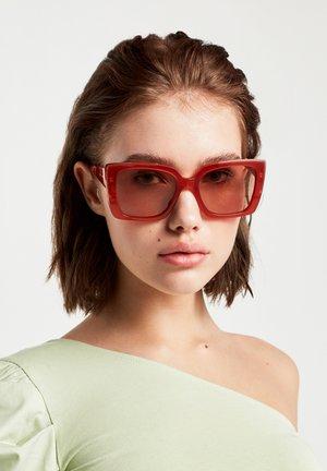 CHAZARA - Sunglasses - brown