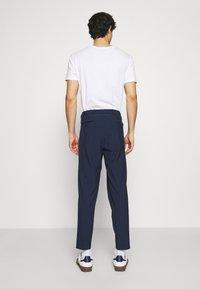 Selected Homme - SLHSLIMTAPE MADLEN PIN PANTS - Kangashousut - dark blue - 2