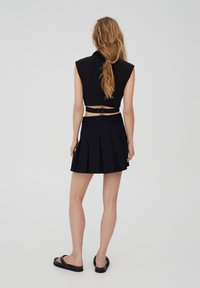 PULL&BEAR - MIT KELLERFALTEN UND SCHNALLE - Pleated skirt - black - 2