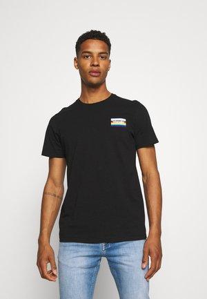 PRIDE TEE UNISEX - Camiseta estampada - black