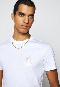 Versace Jeans Couture - T-shirt z nadrukiem - white - 3