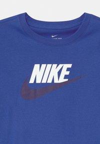 Nike Sportswear - FUTURA ICON - Triko spotiskem - game royal - 2