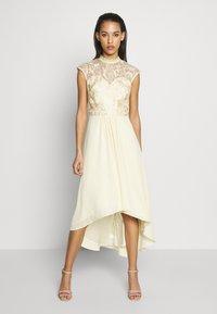 Chi Chi London - JAENIE DRESS - Vestido de fiesta - yellow - 0