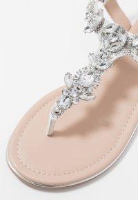 Buffalo - Sandály s odděleným palcem - metallic silver - 2