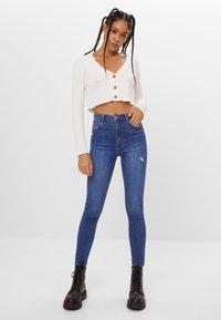 Bershka - MIT SEHR HOHEM BUND  - Jeans Skinny - blue - 1