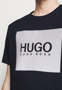 HUGO - DOLIVE - T-shirt imprimé - dark blue - 5