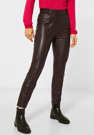 MIT BESCHICHTUNG - Trousers - braun