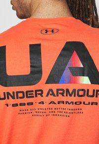 Under Armour - LOCKERTAG  - Camiseta estampada - red - 2