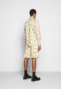 Versace Jeans Couture - PRINT LOGO NEW - Košile - bianco ottico - 2