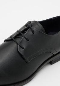Tommy Hilfiger - CORE LACE UP SHOE - Smart lace-ups - black - 5