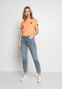 Tommy Jeans - BADGE TEE - Basic T-shirt - melon orange - 1