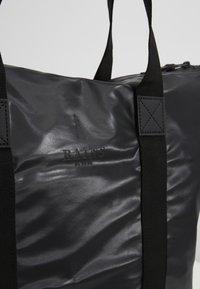 Rains - TOTE BAG RUSH - Velká kabelka - shiny black - 2