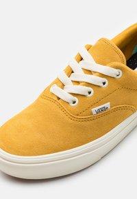Vans - Vans x COMFYCUSH ERA UNISEX - Trainers - honey gold/marshmallow - 5