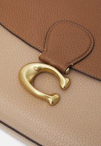 Coach - COLORBLOCK MAY SHOULDER BAG - Kabelka - vintage khaki multi - 5