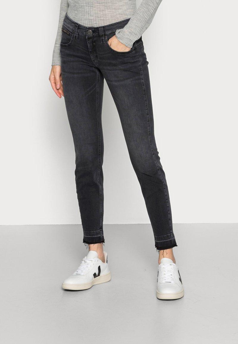 Herrlicher - TOUCH CROPPED BLACK  - Jeans slim fit - inox