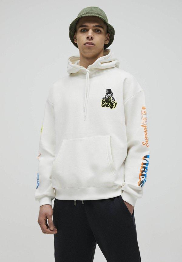 PULL&BEAR MIT SCHMETTERLINGSMOTIV - Bluza z kapturem - white/biały Odzież Męska FKJN