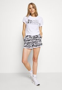 DKNY - BOXY TEE WITH OVERSIZED LABEL - Print T-shirt - white - 1