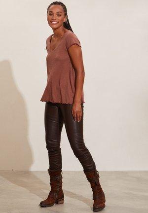 CECELIA - Basic T-shirt - dark sand