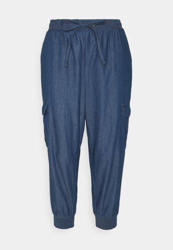 EARLENE CAPRI PANTS - Shorts - blue denim