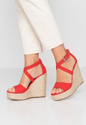 Sandály na vysokém podpatku - afelpado rojo