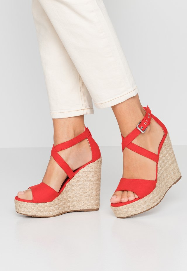 High heeled sandals - afelpado rojo